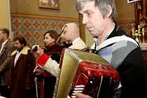 POCTA ROKU BIBLE. Kostele sv. Anny zněly vneděli písně duchovní i lidové.