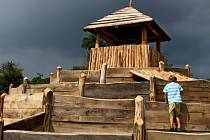 Dřevěný labyrint pro děti u hotelu Skanzen v Modré