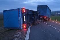 Kamion do příkopu srazil u Bánova větrný poryv. 10.2.2020