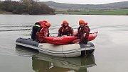 Rybář držící se převrácené loďky sto metrů od břehu. Po příjezdu na místo hasiči zjistili, že se jedná o prověřovací cvičení.