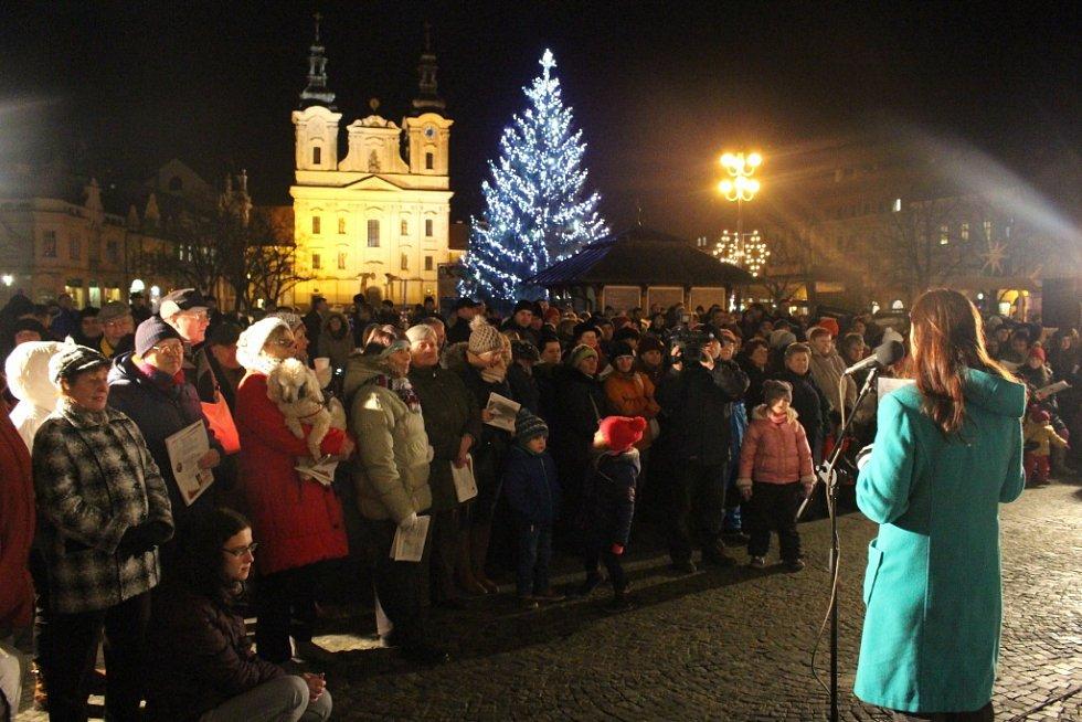 Vánoční koledy si na uherskohradišťské Masarykovo náměstí přišly zazpívat na čtyři stovky návštěvníků.