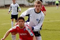 K oporám Slovácka měl i v nadcházející sezoně patřit obránce Ondřej Čtvrtníček (vpravo), jenže těsně před začátkem MSFL byl za dobré výkony odměněn posunem do A–týmu