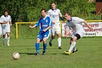 Fotbalisté Ostrožské Nové Vsi (v bílém) hostili v sobotu 19. 6. 2010 Chropyni.