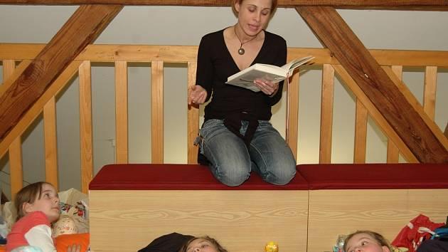 Dětem v knihovně četli herci pohádky.