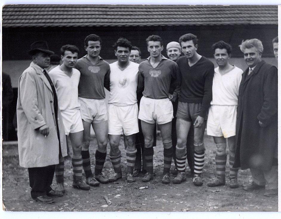 Bývalí hráči Dukly Prahy s někdejšími fotbalisty Vlčnova a fanoušky.  Foto: archiv Antonína Zlínského