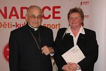 Kardinál Vlk spolu s vedoucí Domova pro postižené občany Milenou Marečkovou.
