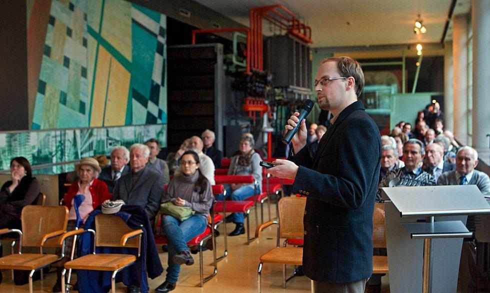 Předseda občanského sdružení Memoria Petr Slinták prezentoval ve čtvrtek 19. ledna před bývalými politickými vězni historii a plány na rekonstrukci někdejšího vězení v Uherském Hradišti.