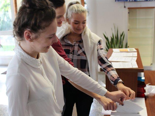 O studentské volby měli žáci zájem. Na Střední škole průmyslové, hotelové a zdravotnické v Uherském Hradišti studenti hlasovali i místo vyučování.