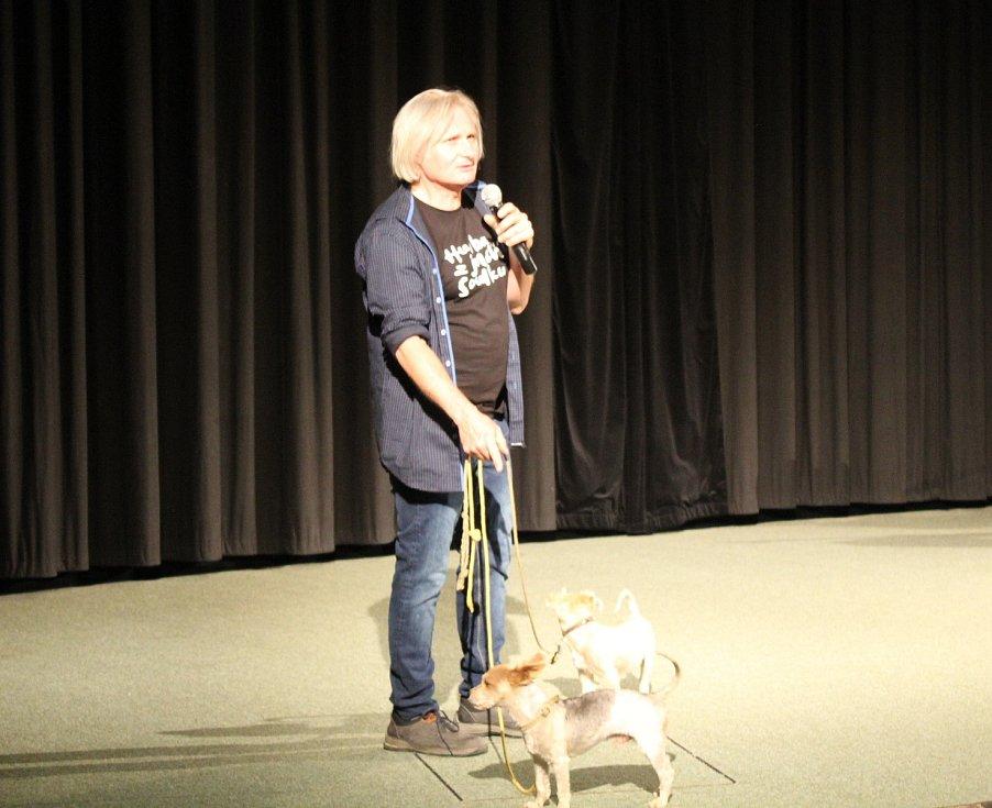 Premiéra filmu Tichý společník v kině Hvězda v Uherském Hradišti. Na snímku režisér Pavel Göbl se psy Ušákem a Smetákem.