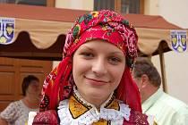 Do kroje se o víkendu oblékla také mladá generace. Na snímku Kateřina Olzsová.