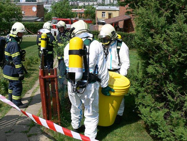 Láhev naplněnou pravděpodobně kyanidem hasiči odvezli ve speciálním kontejneru.