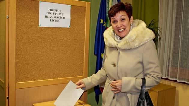 Starostka Hostějova Antonie Vaculíková odevzdala svůj hlas Pavlu Fišerovi.