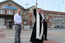 Novému prostranství před vlakovým nádražím ve Starém Městě požehnal staroměstský farář Miroslav Suchomel.