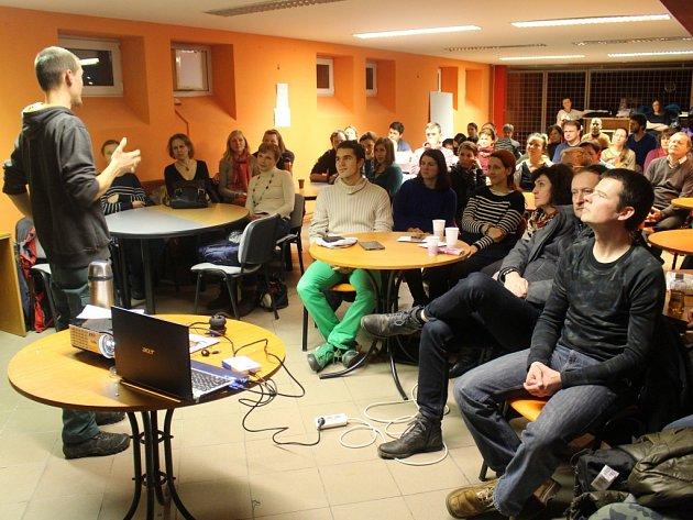 Cestovatel Ondřej Kano Landa se v uherskohradišťském S-klubu podělil o své zážitky ze života v Rumunsku.