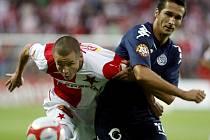 Adam Hloušek ze Slavie Praha (v červenobílém) a Peter Struhár z 1. FC Slovácko