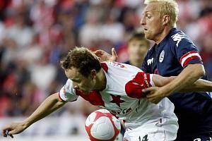 Zdeněk Šenkeřík ze Slavie Praha (v červenobílém) a Pavel Němčický z 1. FC Slovácko