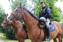 Na pořádek v Uherském Hradišti během fotbalového šampionátu dohlíží ze sedla koně také Bohumil Miklas.