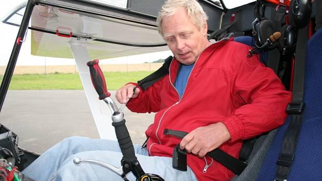 Josef Habrovanský usedá do jednoho z ultralehkých letadel.