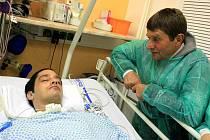 Žokej Josef Váňa navštívil v Uherskohradišťské nemocnici zraněného Ludvíka Temela.