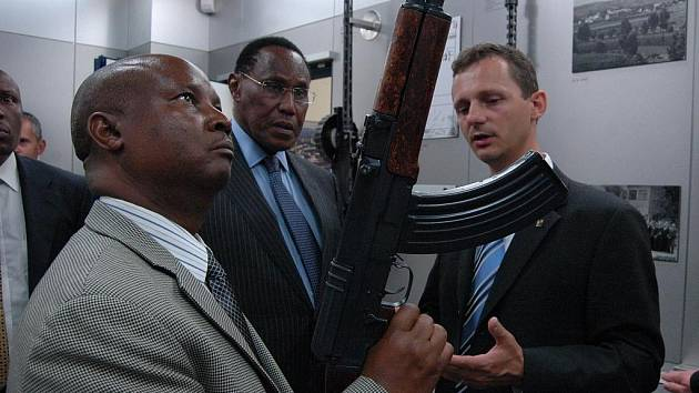 Ministr pro vnitřní bezpečnost Keňské republiky George Saitoti se svými spolupracovníky navštívil Českou zbrojovku a. s. v Uh. Brodě.