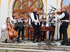 Cimbálová muzika Ohnica pokřtila v pátek 18. července v centru Uherského Hradiště své nové CD Koření života.