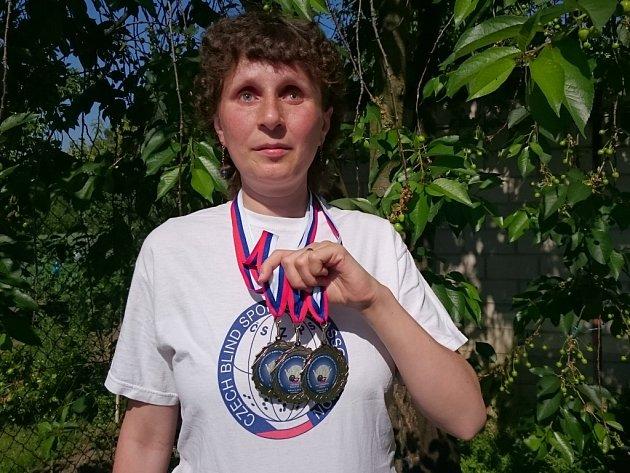 Ze 3. mistrovství světa zrakově postižených ve slovenských Rakovicích si nevidomá Dolněmčanka Daniela Hladíková přivezla tři stříbrné medaile.