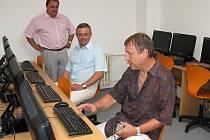 Do učeben se s ředitelem Josefem Jurnyklem (vpravo) podíval i staroměstský starosta Josef Bazala (uprostřed).