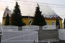 Požár střechy rodinného domu likvidovali hasiči v Hostějově.