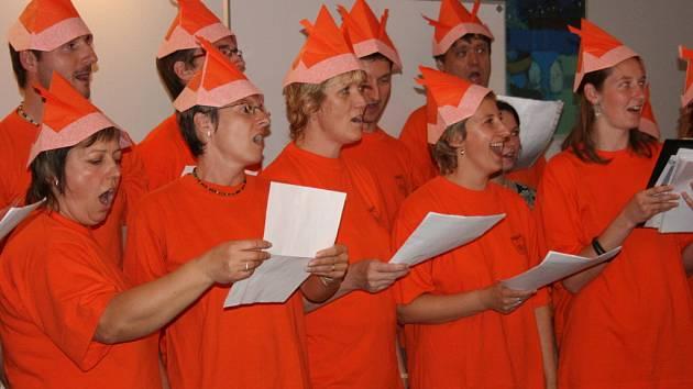 Svatopluk zpíval také v čepicích od Večerníčka.