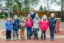 Ředitelka nadace Šárka Procházková s dětmi, kterým Dobří andělé pomohli.