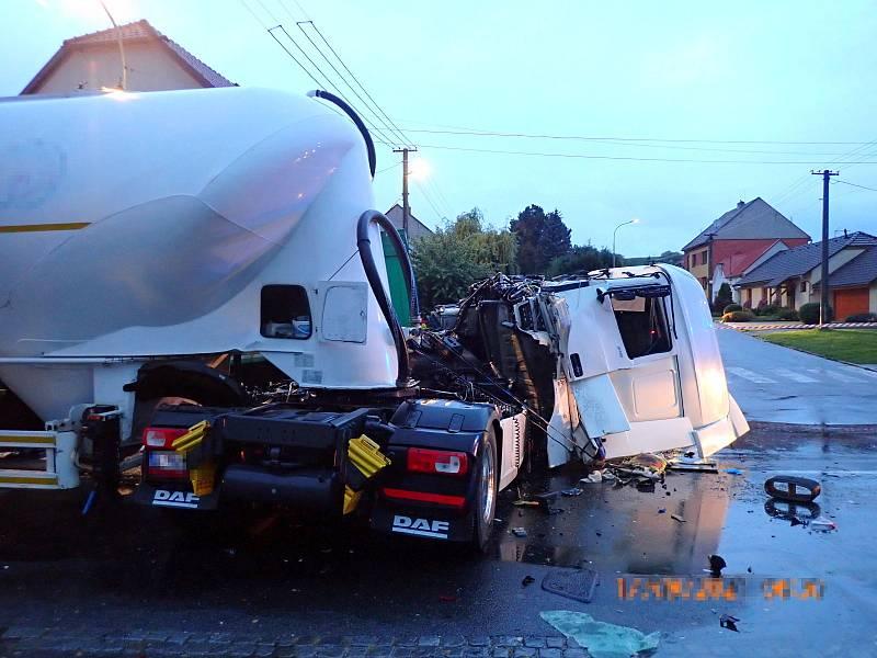 Srážka kamionů v křižovatce v Uherském Brodě.