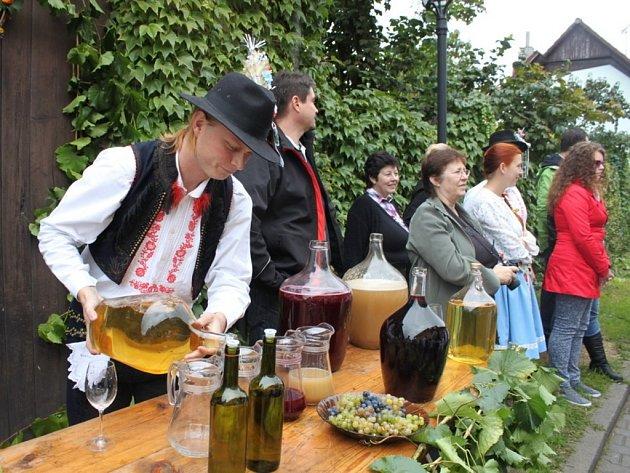 Vinný mok tekl před domy vinařů. Ochutnávala jej nejen rada starších, ale i občané.