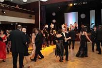Ve slovácké metropoli plesali mladí i senioři. K plesovému vyzvání tanci jim hrála cimbálovka i hudební skupiny a orchestr.