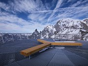 Komfort při patrně nejlepším pohledu na nejvyšší horu Evropy tak turistům z celého světa poskytuje originální český mobiliář, navržený designéry společnosti mmcité z Bílovic.