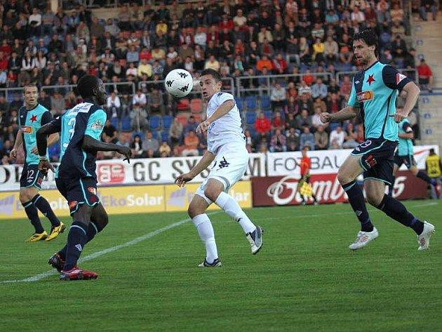 Ilija Nestorovski (uprostřed) si přehazuje a Bassirou Dembeleho. Do balónu ale naběhne Jiří Koubský (vpravo) a rozhodčí Adam nařídí penaltu.