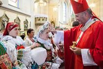 Celkem devětatřiceti věřícím udělil olomoucký arcibiskup Jan Graubner v neděli 18. září v kostele svatých Filipa a Jakuba v Dolním Němčí svátost biřmování.