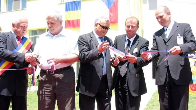 Zúčastnili se i ministr zemědělství Petr Gandalovič (zcela vpravo) a jeho rumunský protějšek Decebal-Traian Remes (druhý vlevo).