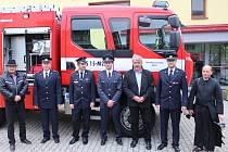Dobrovolní hasiči obce Březová dostali od profesionálních jednotek Zlínského kraje zánovní hasičské vozidlo za bezmála pět milionů korun.