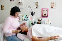 Kateřina Nálezová (na snímku vlevo) říká, že by ženy měly kosmetiku absolvovat aspoň jednou za měsíc.