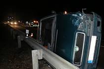 Po srážce dvou vozidel v Chřibech zůstalo jedno z nich na pravém boku.