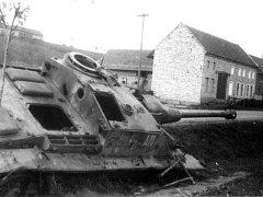 Zničený ruský tank, v němž uhořeli dva (nebo tři) tankisté.