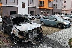 Požár auta na Zeleném náměstí v Uherském Hradišti.