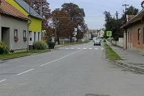 Chodník na pravé straně silnice v Topolné by mohl v budoucnu doplnit další, na protější straně.