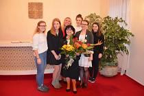Miroslava Poláková (s kyticí) si převzala Cenu města za přínos kultuře v Brodě.