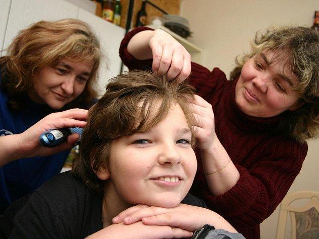 Rodiče pravidelně kontrolují hlavy svých dětí. Ilustrační foto.