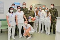 Vojáci v nemocnici nejen vypomáhají.