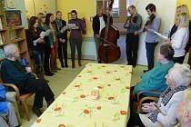 Žáci a kantoři Střední školy průmyslové, hotelové a zdravotnické v Uherském Hradišti zazpívali pacientům nemocnice vánoční koledy.