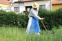 Tradiční sečení trávy v Ostrožské Lhotě doprovodilo svým vystoupením několik pěveckých sborů