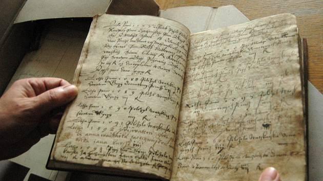 Jeden ze starých exemplářů, které se nacházejí v okresním archivu.