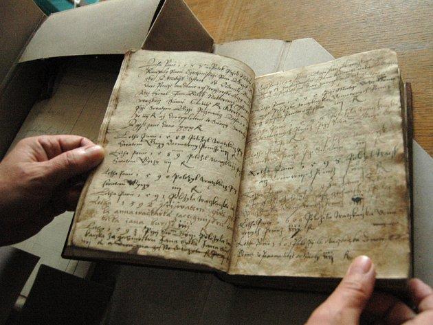 Staré spisy doostří novým softwarem. Díky němu snáz zdigitalizují sbírky